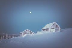 Wintermorgen in einem Bergdorf Stockfotografie