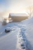 Wintermorgen mit einem Blockhaus Stockfotos