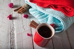 Wintermorgen, -schal und -strickjacke mit einer Schale heißem Kaffee Stockfotos