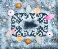 Wintermuster, Kegel, trocknete Zitronenscheiben, Zefir, Bälle Stockbilder