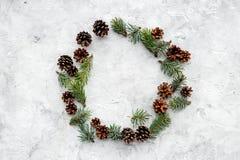 Wintermuster mit Fichtenzweig, Kegeln und leerem Blatt auf grauem copyspace Draufsicht des Hintergrundes Stockbild