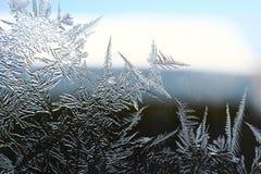 Wintermuster von Eiskristallen auf Glas Lizenzfreie Stockfotos