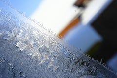 Wintermuster von Eiskristallen auf Glas Stockbilder
