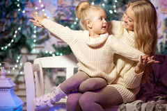 Wintermutter und -tochter Lächelnde Frau und Kind Nettes Mädchen w Stockfotografie