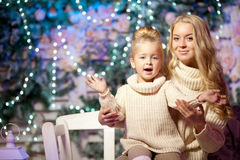 Wintermutter und -tochter Lächelnde Frau und Kind Nettes Mädchen w Stockfoto