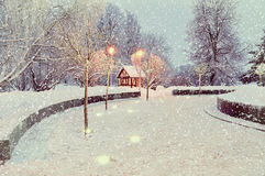 Winternachtlandschaft mit belichteter einsamer haus- Winterlandschaftsansicht Lizenzfreie Stockfotografie