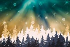 Winternachtlandschaftwaldpanorama mit blau- grün-weißen Weihnachtsbäumen, Nordlichter, Aurora, Schnee, Schneeflocken stockfoto
