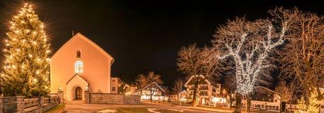 Winternachtlichter in einem österreichischen Dorf Stockfotografie