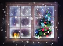 Winternachtszene des Fensters mit Weihnachtsbaum und Laterne Stockfotografie
