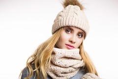 Winternahaufnahmeporträt von den attraktiven jungen Blondinen, die beige warme Strickmütze mit Pelzpompom und -schal tragen lizenzfreies stockfoto