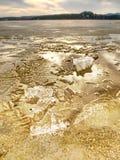 Winternaturwunder Gelbe Stücke Schnee schmelzend auf Strand Wunderbare Natur c Lizenzfreie Stockfotos