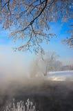 Winternebel über dem Fluss Lizenzfreie Stockbilder