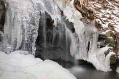Winternebenfluß im Tal im Parkland im Februar Stockfotografie