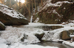 Winternebenfluß im Tal im Parkland im Februar Stockfotos