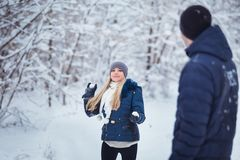 Winterpaare, die Spaß haben, draußen zu spielen im Schnee Junge frohe glückliche multi-racial Paare Lizenzfreies Stockfoto