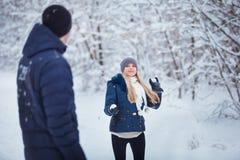 Winterpaare, die Spaß haben, draußen zu spielen im Schnee Junge frohe glückliche multi-racial Paare Junge frohe Paare Lizenzfreies Stockfoto