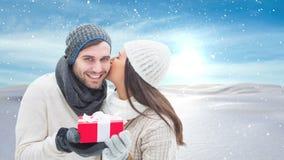 Winterpaare mit Winterschneelandschaft und -geschenk stock footage