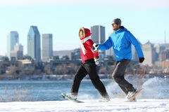 Winterpaarspaß auf Snowshoe in Montreal Lizenzfreies Stockfoto