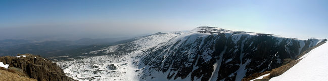 Winterpanorama der Krkonose Berge lizenzfreie stockfotografie