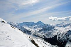 Winterpanorama von Bergen Lizenzfreies Stockfoto