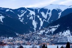 Winterpanorama von Zell morgens sehen Stadt mit den Skisteigungen und -bergen, die im Schnee bedeckt werden Berühmtes Skiort in Ö lizenzfreies stockfoto