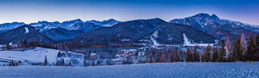 Winterpanorama in Zakopane bei Sonnenaufgang, Tatra-Berg Stockfotos