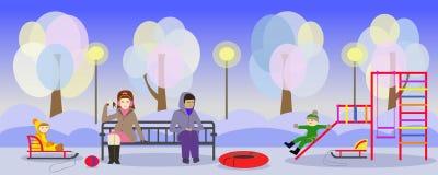 Winterpark und -mütter mit Kindern auf Spielplatz Stockfotografie