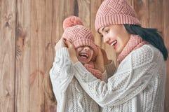 Winterporträt der Familie stockfotografie