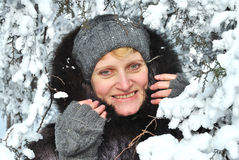 Winterporträt der Frau gegen schneebedeckte Bäume Stockbilder