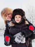 Winterporträt der Mutter und des Sohns Lizenzfreies Stockbild