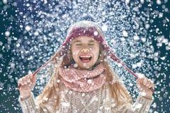Winterporträt des kleinen Mädchens Stockfotos