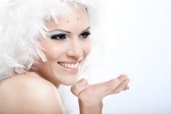 Winterporträt des schönen Lächelns der jungen Frau Stockfotos