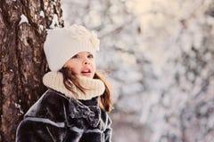 Winterporträt des schönes Kindermädchens, das den Baum bereitsteht Lizenzfreie Stockbilder