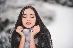 Winterporträt des Schönheitsmädchens mit Schnee Lizenzfreies Stockfoto