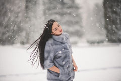 Winterporträt des Schönheitsmädchens mit Schnee Stockbild