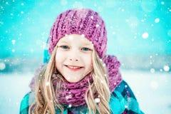 Winterporträt eines recht kleinen Mädchens lizenzfreie stockbilder