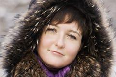 Winterporträt im Freien von Brunette stockbilder
