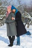 Winterporträt von Modefreundinnen Neigungs-und Freundschaft für immer Konzept Stockbild