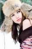 Winterportrait der jungen Frau im Pelzhut Stockbild