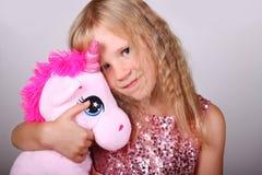 Winterportrait des kleinen Mädchens Stockfoto