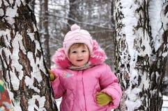 Winterportrait des kleinen Mädchens im Rosa Stockbilder