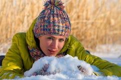 Winterportrait des Mädchens Stockfoto