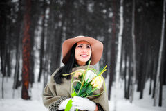 Winterportrait einer jungen Frau Stockfotos