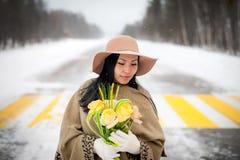 Winterportrait einer jungen Frau Stockfoto