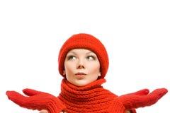Winterportrait einer schönen Frau im roten Hut Stockfoto