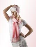 Winterportrait mit rosafarbenem Schal und Hut Lizenzfreie Stockfotos