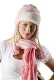Winterportrait mit rosafarbenem Schal und Hut Stockfoto