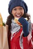 Winterporträt der Afrofrau mit Sandwich Lizenzfreie Stockfotografie