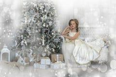 Winterprinzessin am Weihnachtsbaum Lizenzfreies Stockfoto