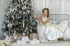 Winterprinzessin am Weihnachtsbaum Stockbild